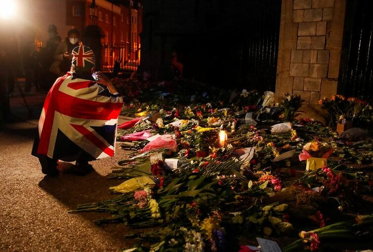 ادای احترام مردم بریتانیا به شاهزاده فیلیپ همسر ملکه بریتانیا پس از درگذشت او در سن صد سالگی